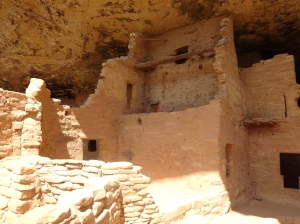 Some dwelliings were 3 stories with kivas too.